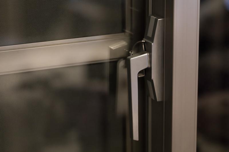 おすすめの窓ガラスの防犯フィルム「ALSOKガラスマン」の施工貼り方・効果口コミ・価格は?